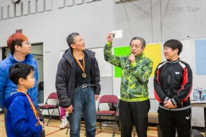 The president of Calgary Chinese Dong Bei Association, Jilin Wang (middle)  东北同乡会会长 王吉林 (中间)
